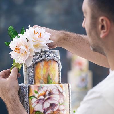 Svadbene torte-mermerna sa belim cvetom
